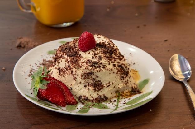 Ciasto tiramisu z truskawkami Premium Zdjęcia