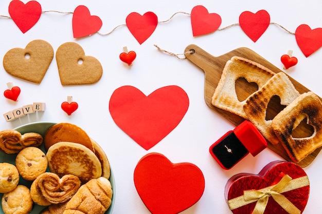 Ciasto W Pobliżu Pierścionek Zaręczynowy I Serca Zdjęcie Darmowe