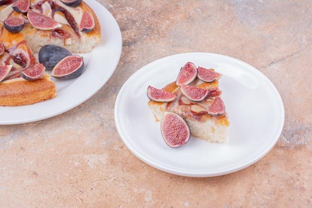 Ciasto Z Figami Na Białym Talerzu Na Marmurze Darmowe Zdjęcia