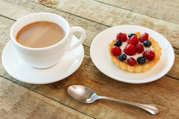 Ciasto z jagodami i filiżanką kawy Premium Zdjęcia