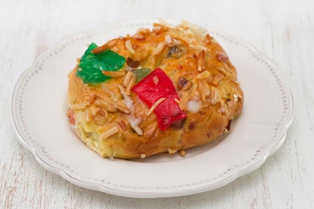 Ciasto Z Suchymi Owocami I Dokrętkami Na Białej Drewnianej Powierzchni Premium Zdjęcia