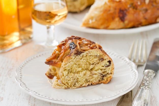 Ciasto Z Suchymi Owocami Na Bielu Talerzu Premium Zdjęcia
