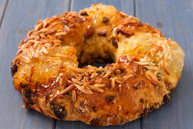 Ciasto Z Suchymi Owocami Na Błękit Powierzchni Premium Zdjęcia