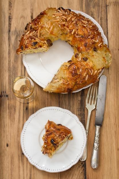 Ciasto Z Suszonymi Owocami I Orzechami Na Brązowej Powierzchni Drewnianej Premium Zdjęcia