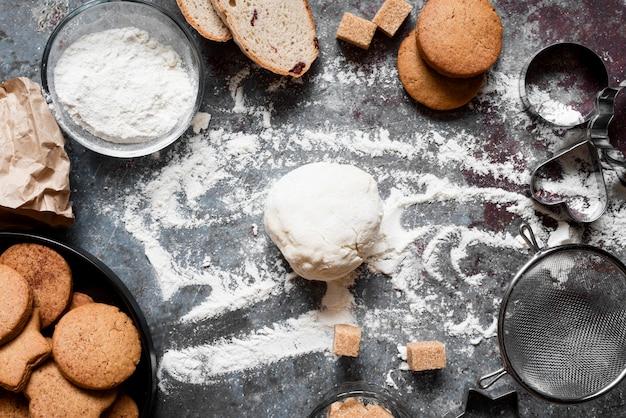 Ciasto Z Widokiem Z Góry Na Blacie Z Mąką I Ciasteczkami Premium Zdjęcia