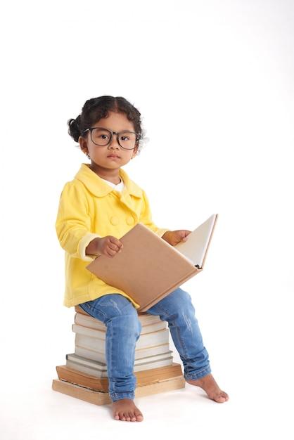 Ciekawa Mała Dziewczynka Z Książką Darmowe Zdjęcia
