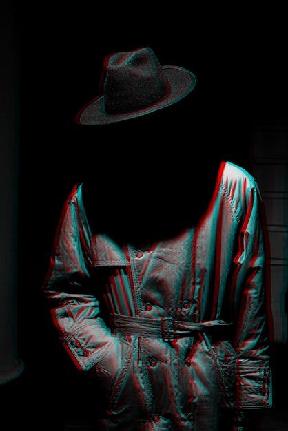 Ciemna Mistyczna Sylwetka Mężczyzny W Kapeluszu W Nocy. Czarno-biały Z Efektem Wirtualnej Rzeczywistości 3d Glitch Premium Zdjęcia