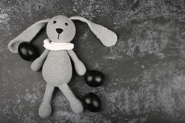 Ciemna Wielkanoc. Czarna Koncepcja Wielkanoc. Czarne Jajka Wielkanoc Dla Czarnych. Premium Zdjęcia
