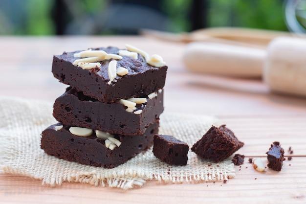 Ciemne czekoladowe ciasteczka z polewą migdałową. Premium Zdjęcia