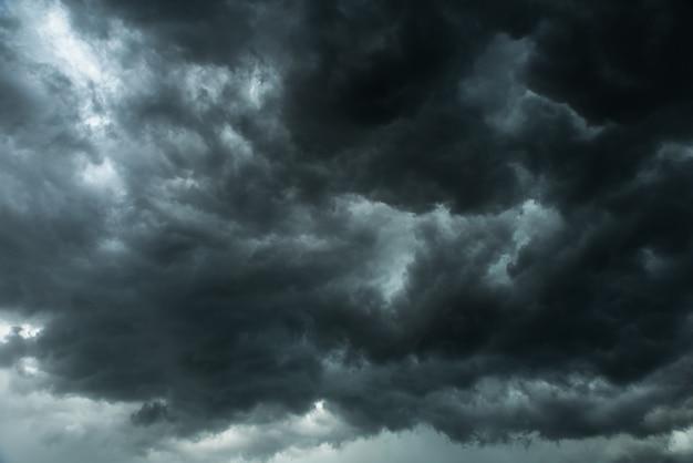 Ciemne niebo i czarne chmury, dramatyczne burzowe chmury przed deszczem Premium Zdjęcia