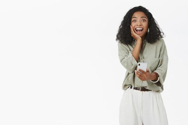 Ciemnoskóra Kobieta Czuje Się Szczęśliwa I Zdziwiona Darmowe Zdjęcia