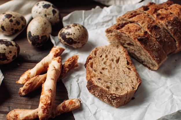 Ciemny drożdżowy chleb gryczany należy ułożyć w kawałku na pergaminie Premium Zdjęcia