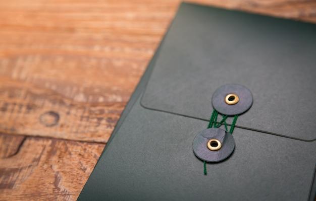 Ciemny Folder Na Drewnianym Stole Bliska Darmowe Zdjęcia