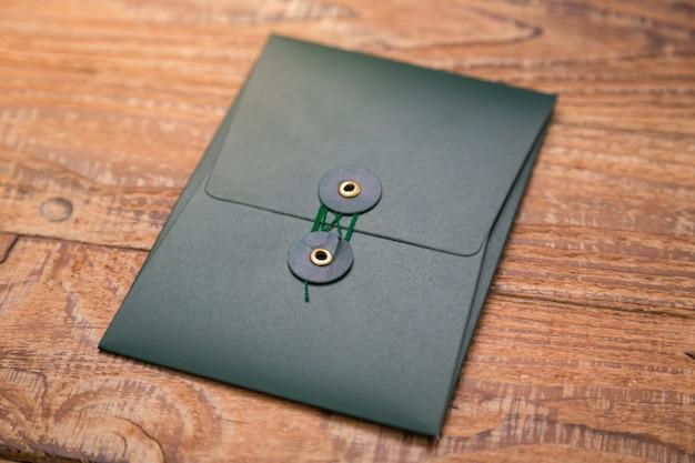 Ciemny Folder Na Drewnianym Stole Darmowe Zdjęcia