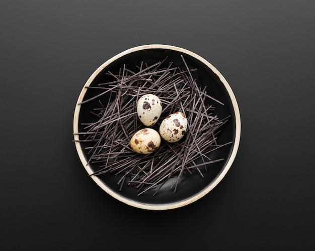 Ciemny talerz z jajkami na ciemnym tle Darmowe Zdjęcia