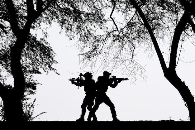 Cień żołnierza Walczącego Na Polu Bitwy Premium Zdjęcia