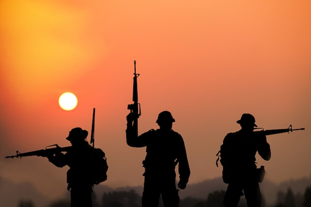 Cień żołnierzy Na Polu Bitwy Patrolujących O Zachodzie Słońca Premium Zdjęcia