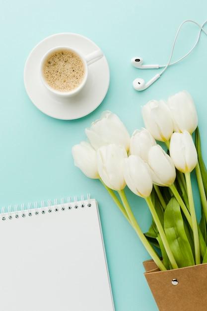 Ciepła Poranna Kawa Z Kwiatami Tulipanów I Słuchawkami Darmowe Zdjęcia