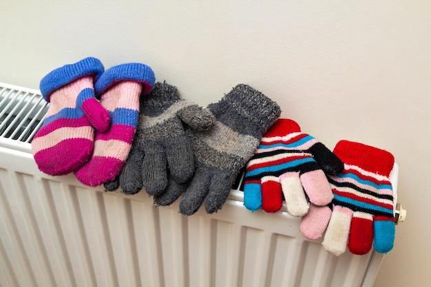 Ciepłe ręcznie dzianinowe wełniane rękawiczki dziecięce w paski suszące się na hea Premium Zdjęcia