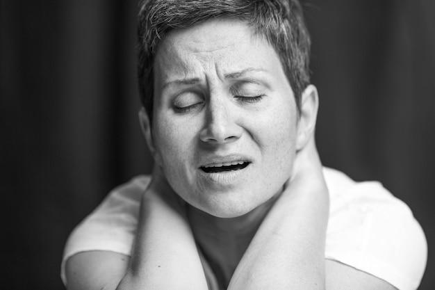 Cierpienie Na Twarzy Dorosłej Kobiety O Krótkich Siwych Włosach. Czarno-biały Portret. Premium Zdjęcia
