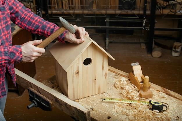 Cieśla Robi Drewnianego Gniazdowego Pudełko Premium Zdjęcia