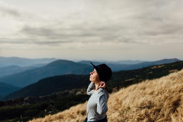 Ciesz Się Czystym Górskim Powietrzem. Góry Gruzji Premium Zdjęcia