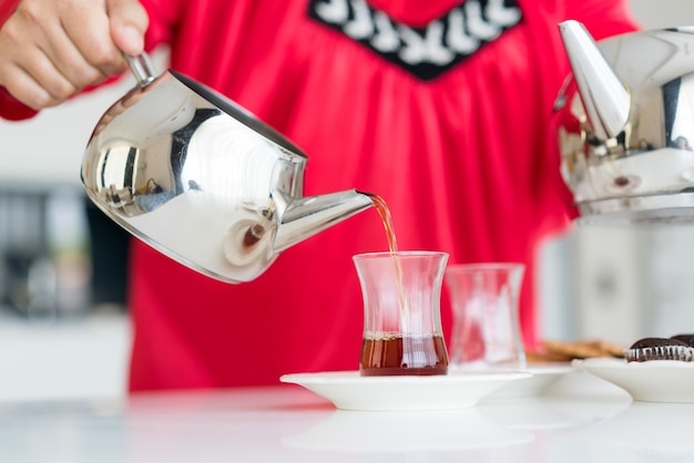 Ciesząc się herbatą w domu Premium Zdjęcia