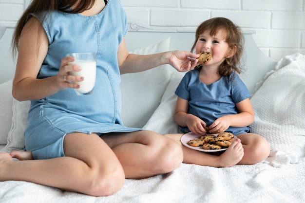 Ciężarna Matka I Córka Je Czekoladowych Ciastka Darmowe Zdjęcia