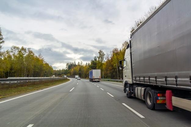 Ciężarówka Na Drodze Autostrady, Koncepcja Transportu ładunku Premium Zdjęcia
