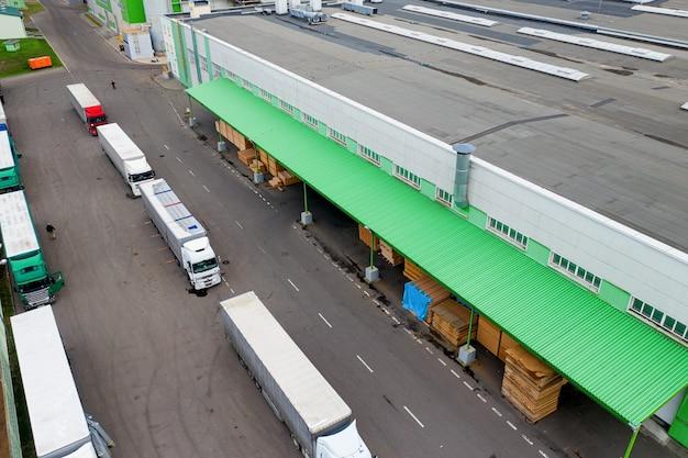 Ciężarówki Czekające Na Załadunek W Fabryce, Widok Z Góry. Premium Zdjęcia