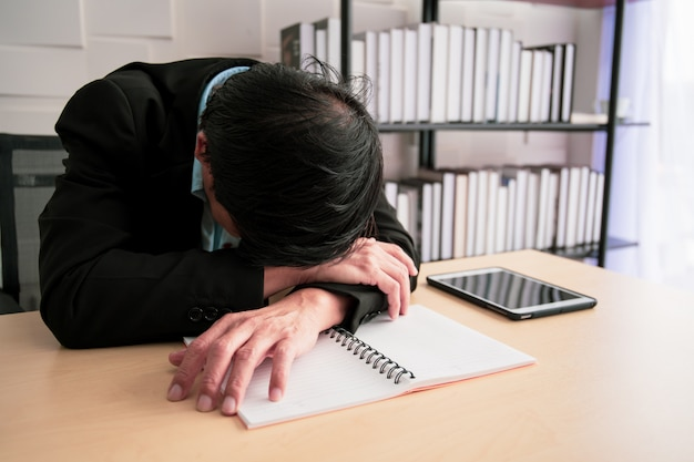 Ciężko Pracujący Azjatycki Biznesmen Bierze Drzemkę Na Stole W Biurze, Niezdrowym I Pracoholicznym Biznesmena Pojęciu. Premium Zdjęcia