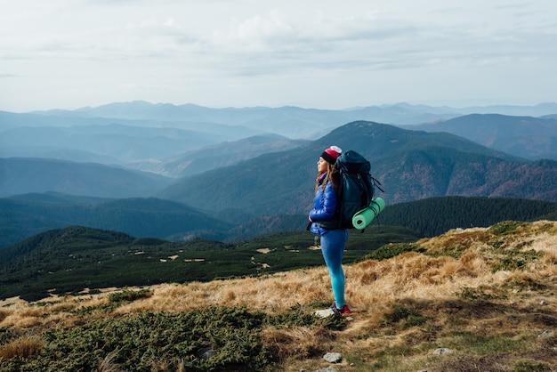 Cisza I Jedność Z Naturą. Wędrówki Po Górach Gruzji Premium Zdjęcia