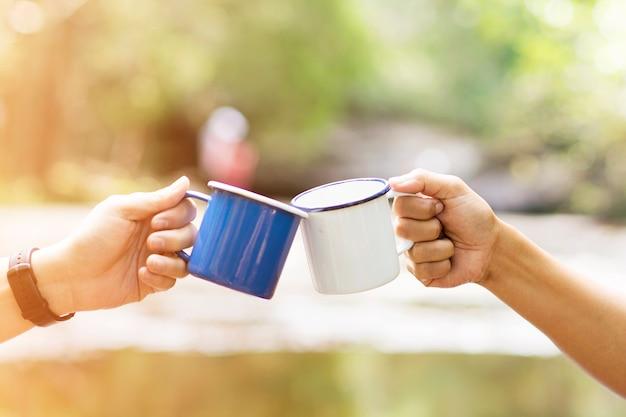 Clink Wypija Razem Filiżankę Kawy Premium Zdjęcia