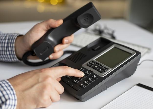 Close-up Biznesmen Wybierania Numeru Telefonu Darmowe Zdjęcia