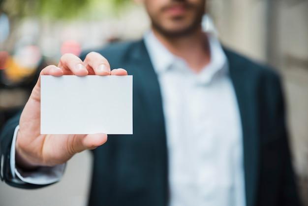 Close-up Biznesmena Ręka Pokazuje Białą Wizytówkę Darmowe Zdjęcia