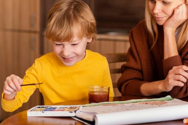 Close-up Buźka Dziecko I Kobieta W Pomieszczeniu Darmowe Zdjęcia