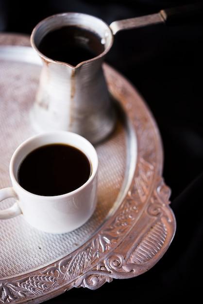 Close-up czajnik i kawa na srebrnym talerzu Darmowe Zdjęcia
