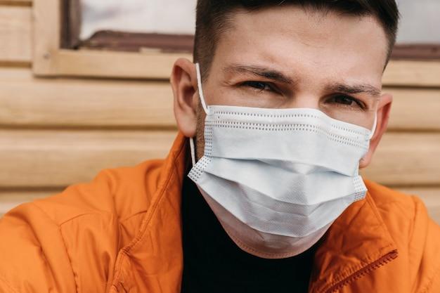 Close-up Człowiek Ubrany W Maskę Medyczną Darmowe Zdjęcia