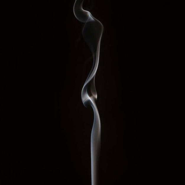 Close-up Dymu Mieszając Na Czarnym Tle Darmowe Zdjęcia