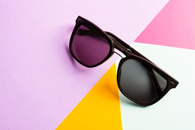 Close-up fajne okulary na stole Darmowe Zdjęcia