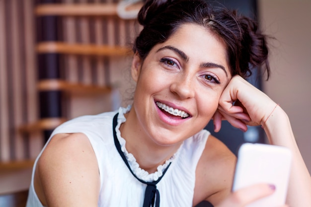 Close-up happy girl z jej telefonu komórkowego Darmowe Zdjęcia