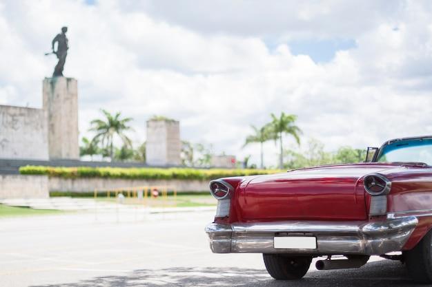 Close-up Klasyczny Samochód Przed Pomnikiem Darmowe Zdjęcia