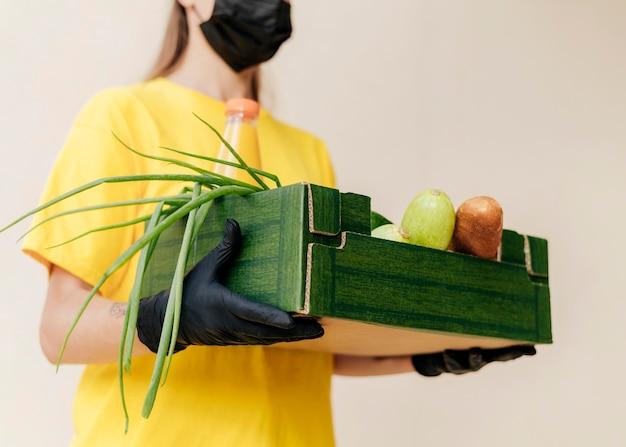 Close-up Kobieta Dostawy Gospodarstwa Skrzynia żywności Darmowe Zdjęcia