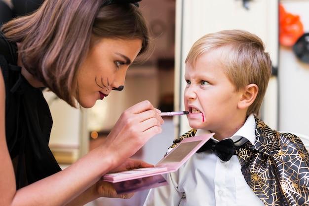 Close-up Kobieta Malowanie Twarzy Dziecka Darmowe Zdjęcia