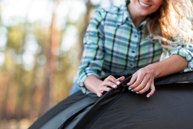 Close-up Kobieta Trzyma Namiot Darmowe Zdjęcia