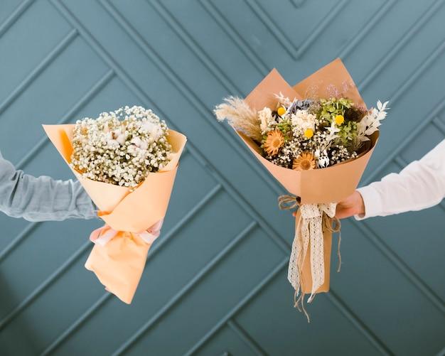 Close-up kobiety trzyma piękne bukiety kwiatów Darmowe Zdjęcia