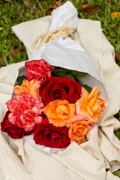 Close-up ładny Bukiet Czerwonych Róż I Pomarańczy Darmowe Zdjęcia