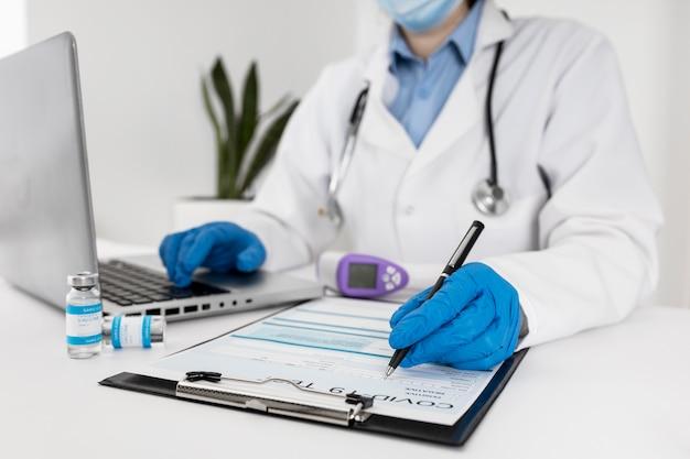 Close-up Lekarz Pracuje Na Laptopie Darmowe Zdjęcia