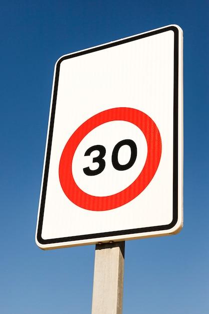 Close-up liczby 30 znak ograniczenia ruchu przeciw błękitne niebo Darmowe Zdjęcia