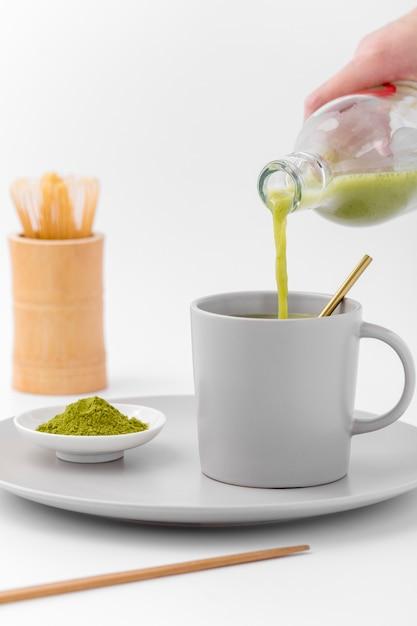 Close-up Matcha Herbaty Dolewanie Do Filiżanki Premium Zdjęcia